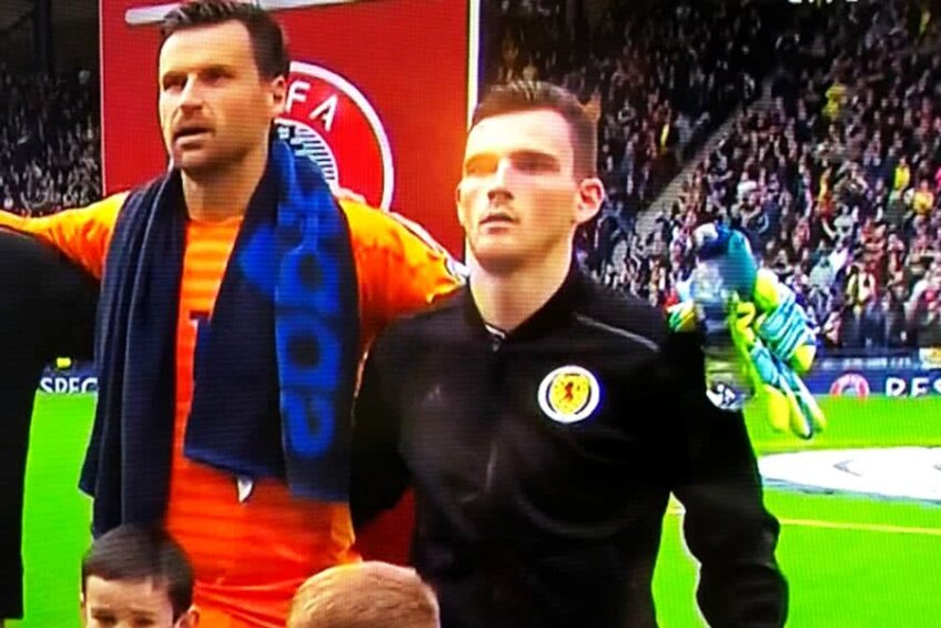 Andy Robertson, alături de goalkeeper-ul David Marshall // Captură Twitter