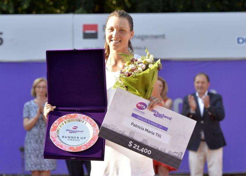 Patricia Țig cu trofeul și cecul oferite finalistei de la București FOTO Cristi Preda