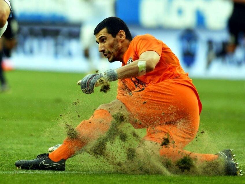 Imagine de la returul cu Sabail, de joia trecută, în care bucăți de gazon săreau la fiecare intervenție mai energică // FOTO sportpictures.eu