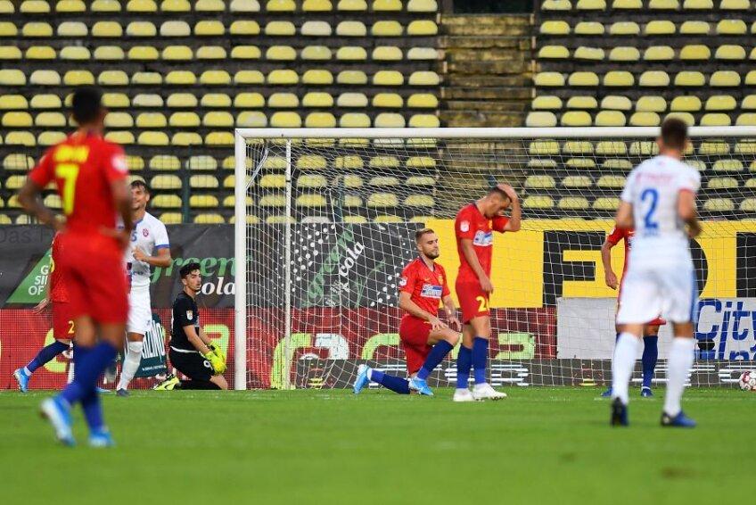 Instantaneu reprezentativ: cu tribunele goale în fundal, roș-albaștrii își pun mâinile în cap după golul moldovenilor // FOTO: Raed Krishan