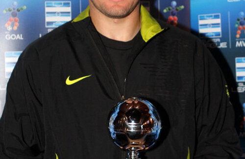 Marius Niculae prezentînd trofeul pentru cel mai frumos gol al etapei cu numărul 24 Foto: superleaguegreece.net