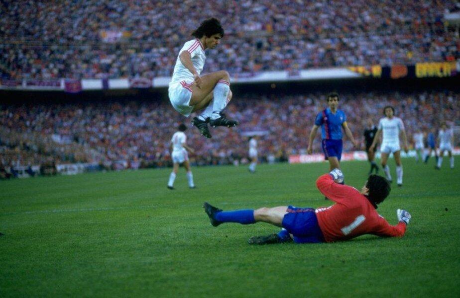 Lăcătuş sare acrobatic peste portarul barcelonezilor, în finala din 7 mai 1986. Alesanco, în plan îndepărtat, respiră uşurat