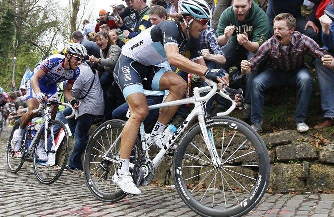 Fabian Cancellara îl conduce pe Sylvain Chavanel pe Muur!