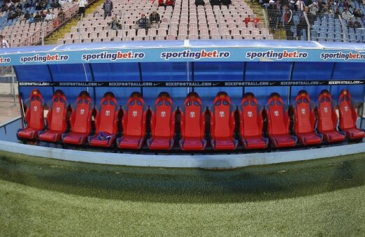 Cel mai galonat club din România nu mai atrage ca-n alte vremuri, intervenţiile patronului în treburile staff-ului tehnic lăsînd banca liberă