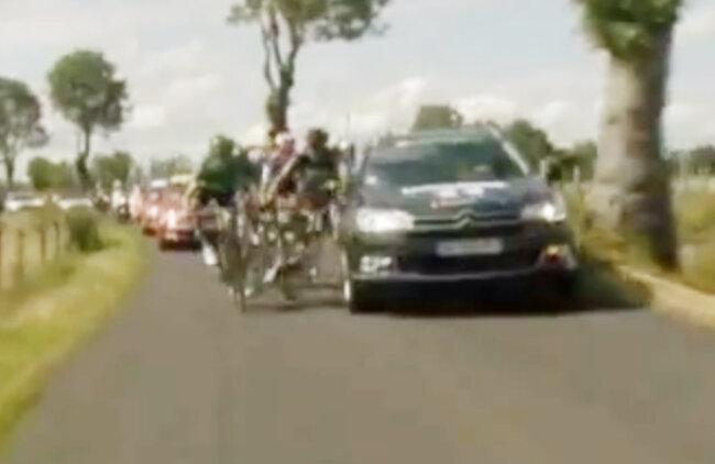 Momentul în care maşina îi aruncă pe marginea drumului pe Flecha şi Hoogerland