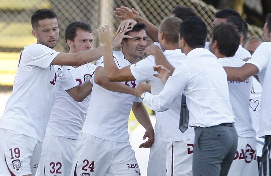 La primul meci oficial pentru giuleşteni, Surdu a marcat primul său gol în tricoul Rapidului şi s-a repezit în braţele naşului, Răzvan Lucescu