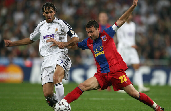 Raul (în duel cu Paraschiv) a mai venit în România acum 5 ani, cu Real Madrid, 4-1 în Ghencea