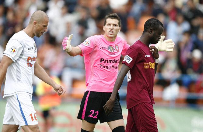 Epaminonda Nicu, Dragoş Balauru şi Modou Sougou (de la stînga la dreapta). Imagine din partida FCM Tîrgu-Mureş - CFR Cluj 0-2, din etapa a doua
