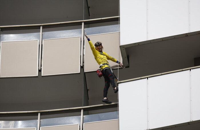 Alain Robert a părut foarte relaxat pe durata escaladării hotelului Intercontinental