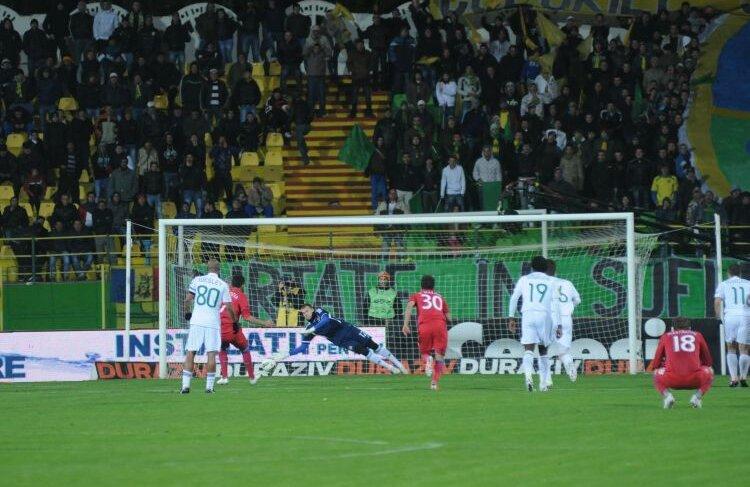 Florin Costea a tras în dreapta portarului, însă Cerniauskas a respins Foto: Alex Nicodim