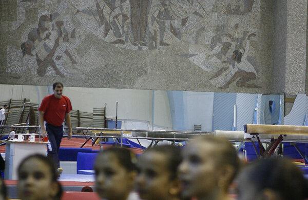 Gimnastele de la Onești se pregătesc și azi în umbra mozaicului Nadiei