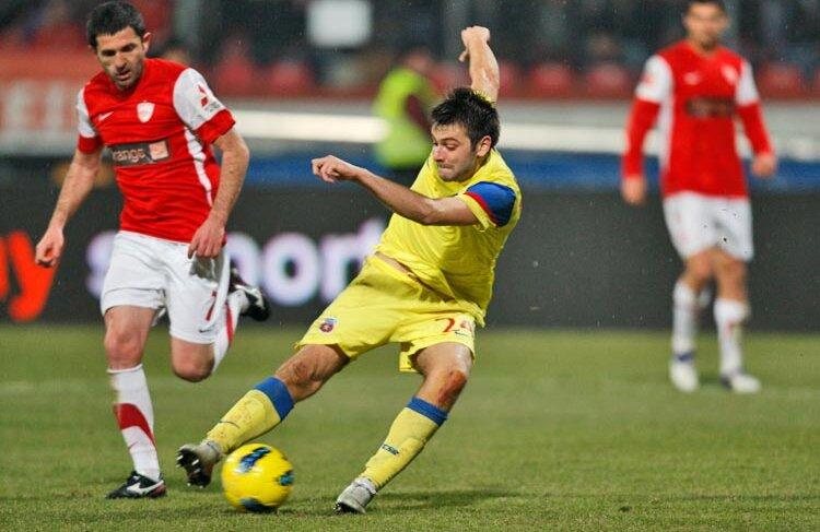 """Execuția lui Rusescu de la golul de 2-1 a semănat cu reușitele """"tizului"""" său, ex-galacticul Raul, acum la Schalke. FOTO Alex Nicodim"""