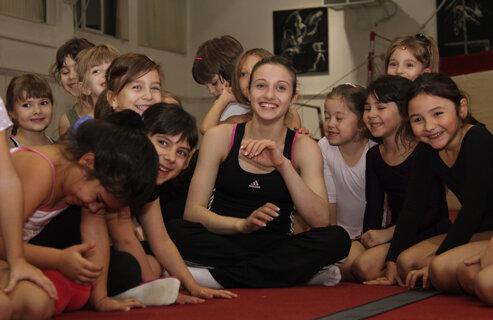 Ana Porgras s-a simţit bine printre micuţele din oraşul de la malul Mării Negre (Foto: Telegraf Constanţa)