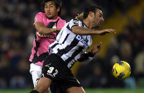 Luptă oarbă pentru minge între Ferronetti (Udinese) şi Estigarribia