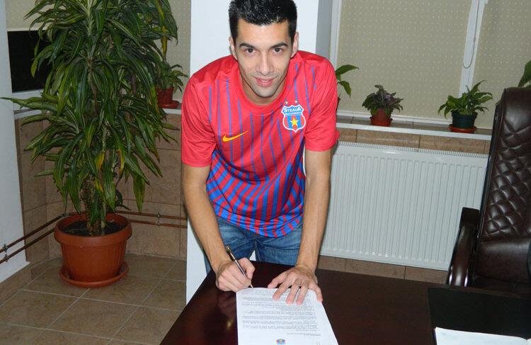 Fotografie făcută ieri în tricoul Stelei, în timp ce semna contractul care îl leagă pe 5 ani de clubul din Ghencea. FOTO: steauafc.com