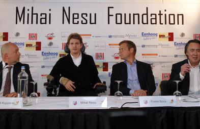 Mihai Neşu (al doilea din stînga) a vorbit despre speranţele pe care le are cu fundaţia ce-i poartă numele