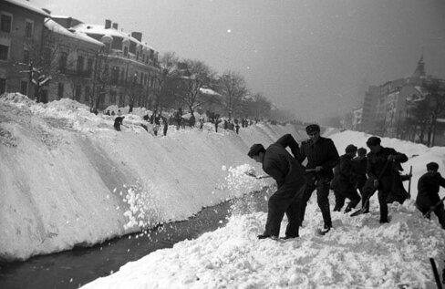 Militarii, civilii şi sportivii au strîns în camioane zăpada din Bucureşti, apoi au aruncat-o în rîul Dîmboviţa (Foto: Agerpres)