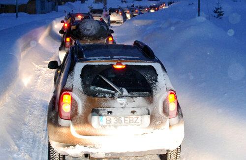 Coloana de SUV-uri care au participat la reuniunea de la Bucegi.
