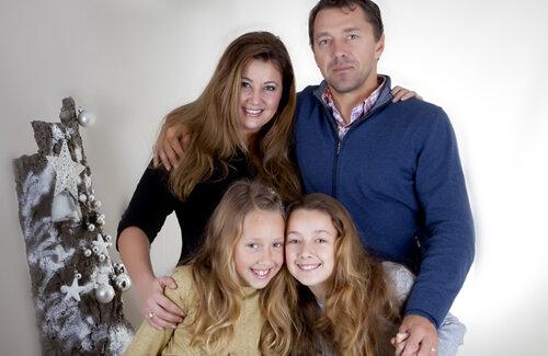 Laurenţiu Roşu alături de soţie şi cele două fete ale sale.