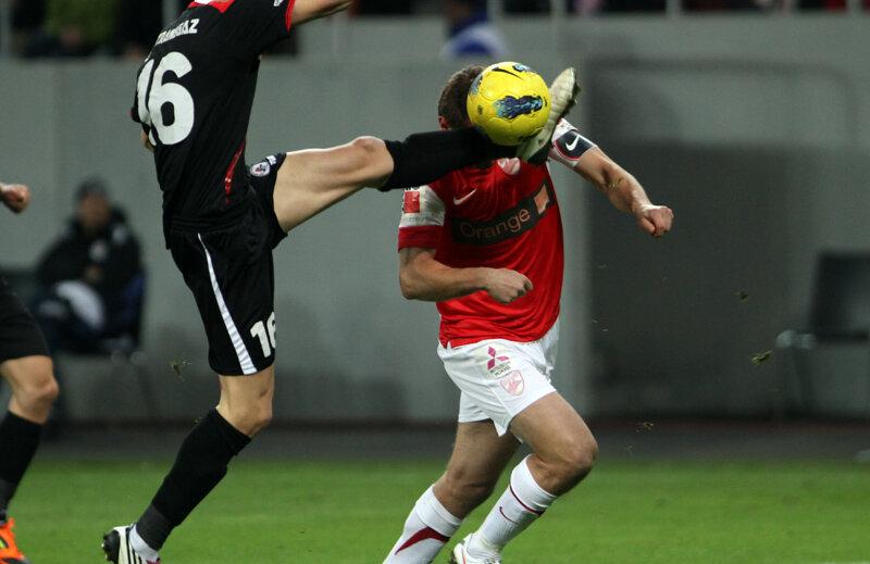 Faza în care Zaharia l-a lovit pe Niculae, provocînd penalty-ul şi eliminarea // Foto: Ştefan Constantin