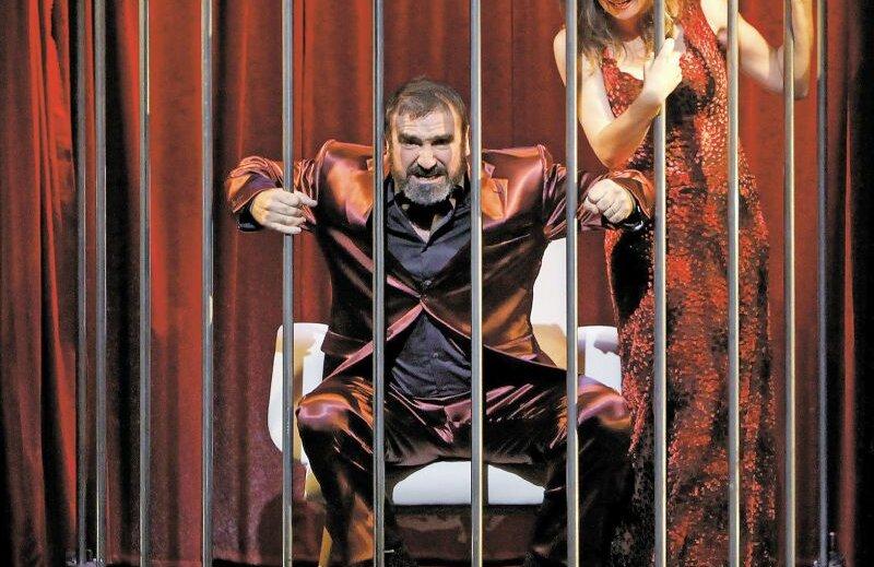Eric Cantona, alături de Valerie Crouzet, în rolul tiranului-sclav din piesa