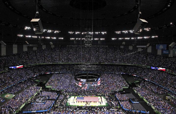 În această fotografie nu încap cele peste 70.000 de suflete care au fost prezente în sală. Terenul pe care joacă baschetbaliştii pare o barcuţă într-un mare învolburată // Foto: Reuters