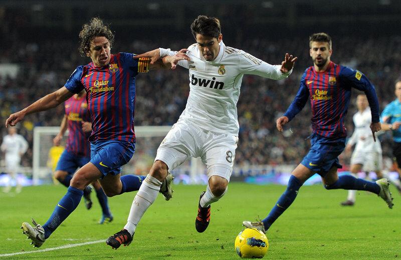 Real şi Barca (duel Kaka - Puyol) au venituri mai mici decît datoriile. În 2010-'11, Clasico a fost cîştigat de Madrid: 479-450 (milioane euro) // Foto: Guliver/GettyImages