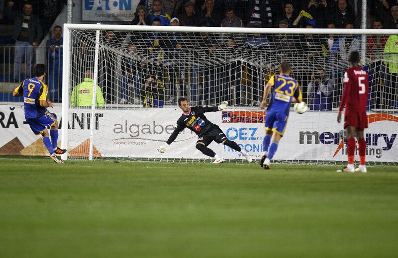 Hamza a mai făcut o victimă celebră, după ce runda trecută se distrase cu fundaşii lui Dinamo // Foto: Alex Nicodim (Ploieşti)