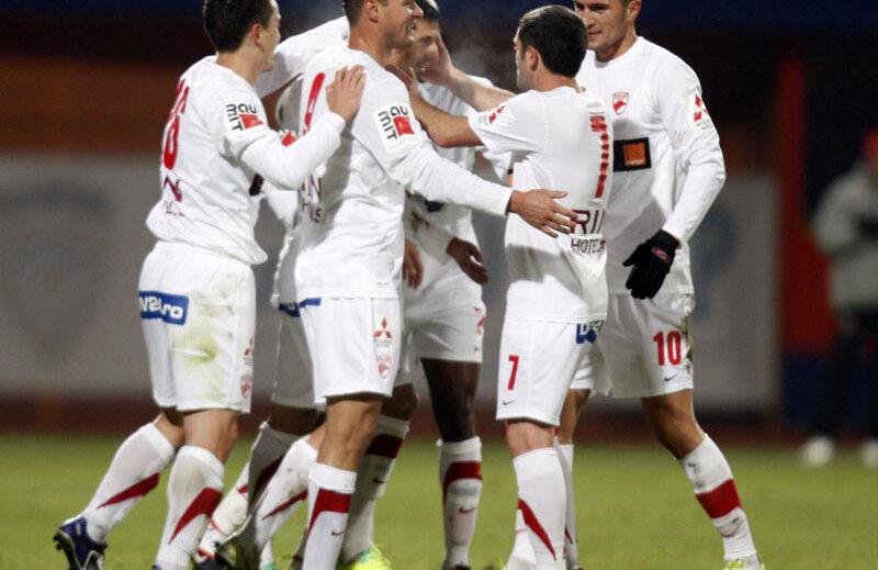 În tur, Dinamo a dezmembrat Ceahlăul la Piatra-Neamț, învingînd cu 5-0