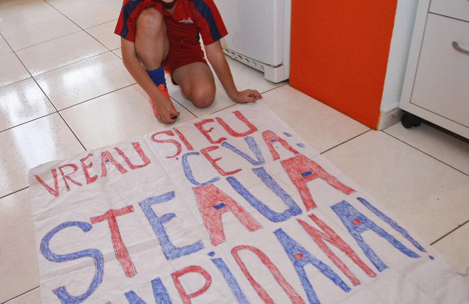 Marius, alături de banner-ul său.