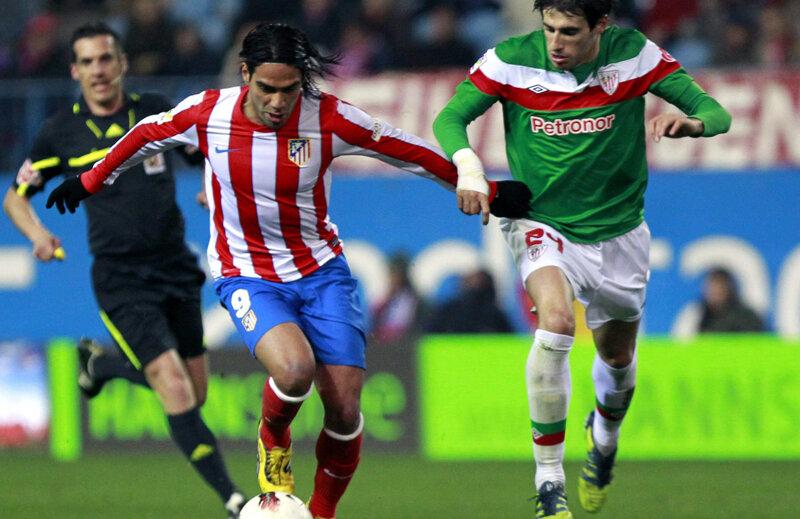 Falcao (Atletico Madrid, prim-plan) și Javi Martinez (Bilbao) vor evolua în aceste echipamente și în finala de la București