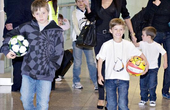 Victoria (centru) și cei trei băieți. Brooklyn e în stînga
