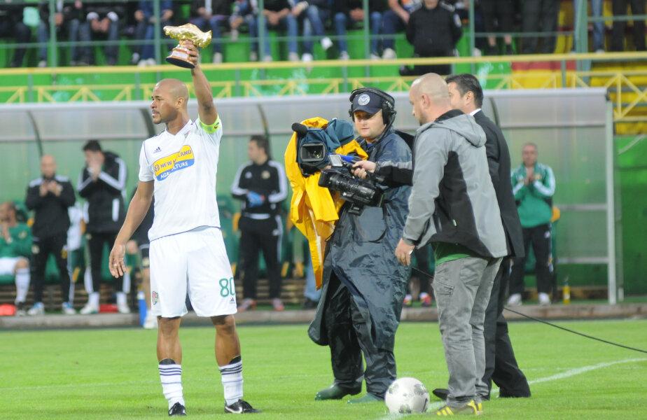 Wesley prezinta trofeul primit (foto: Gabriel Tănase)