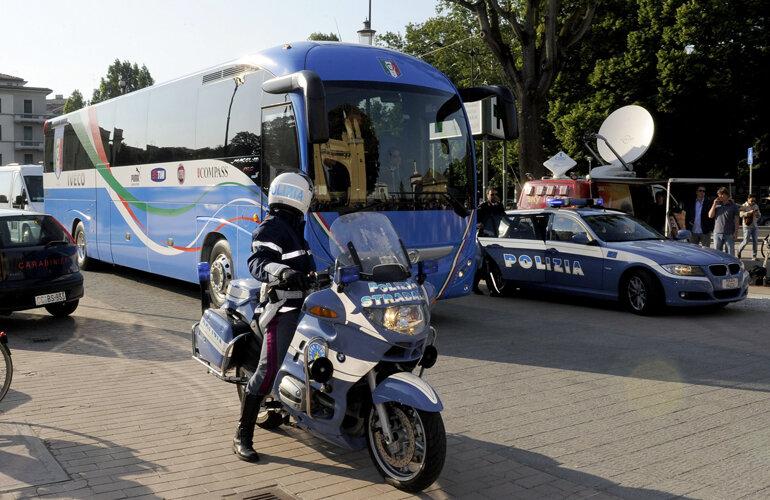 Autocarul Italiei flancat de poliţie. Jucătorii squadrei se tem că, în orice moment, oamenii legii i-ar putea ridica din cantonament. Chiar şi la Euro // Foto: Guliver/GettyImages