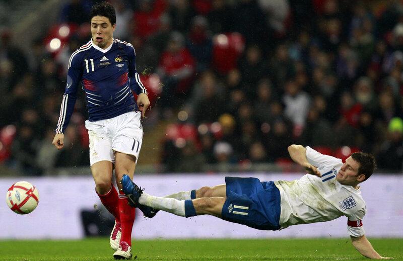 Englezul Milner (dreapta) se aruncă agresiv spre francezului Nasri. Cine se va întoarce primul acasă? // Foto: Reuters