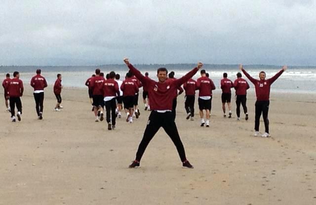 Bozovici (în centru) s-a distrat la antrenamentul de pe plajă.