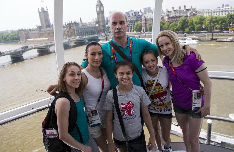 Diana Chelaru, Cătălina Ponor, Diana Bulimar, Larisa Iordache, Sandra Izbaşa şi Octavian Belu au privit Londra dintr-o altă perspectivă // Foto: Raed Krishan