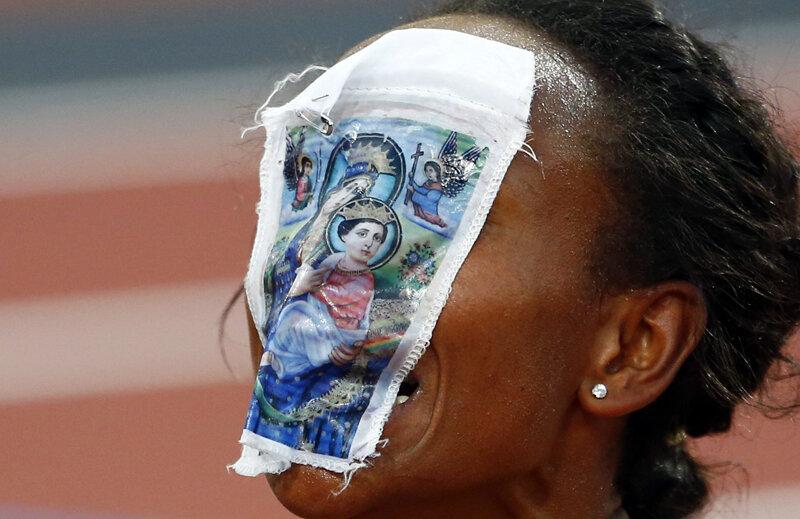 Mesagera Domnului. Meseret Defar, 28 de ani, cu imaginea Maicii Domnului cu Pruncul imprimată pe chip // Foto: Reuters