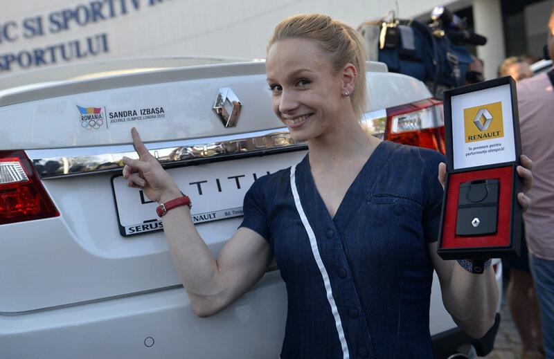 Sandra Izbaşa şi maşina sa personalizată // Foto: Alex Nicodim