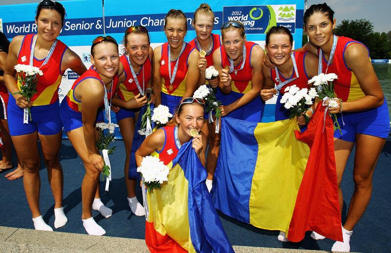 Echipajul de 8+1 de junioare sărbătoreşte medalia de aur de la Plovdiv.