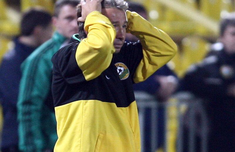 Dan Petrescu se ia cu mîinile pe cap văzînd cum Dinamo suferă o nouă înfrîngere