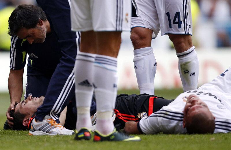 Casillas (stînga) şi Pepe, victimele ciocnirii din careul Madridului. În medalion, arcada sîngerînd a fundaşului lusitan // Foto: Reuters