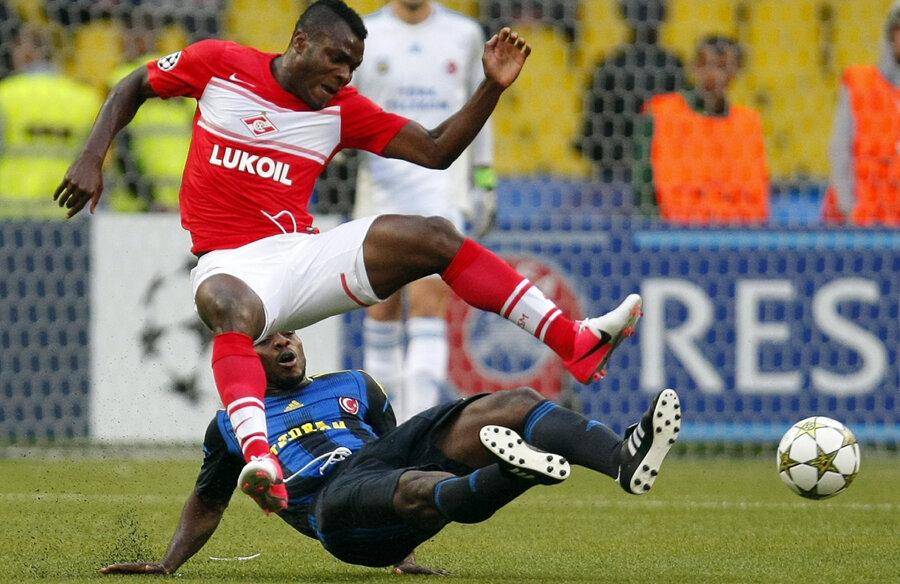 Yobo, apărătorul lui Fenerbahce, îl faultează din spate pe Emenike, cel care a deschis scorul pentru Spartak pe stadionul Lujniki // Foto: AP/Rompres