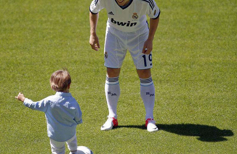 Şi viitorul familiei Modrici se leagă de Real Madrid: Ivano, puştiul mijlocaşului, se îndreaptă cu mingea la picior spre tatăl său // Foto: Reuters