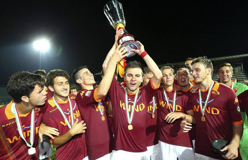 Claudiu Bumba ridică deasupra capului Supercupa Italiei, luată în premieră de AS Roma Primavera // Foto: Guliver/GettyImages
