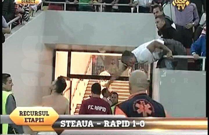 Momentul în care Herea este lovit, iar stewardul intervine în forţă