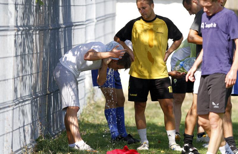 Jucătorii şi gazonul se revigorează din aceleaşi bidoane de apă
