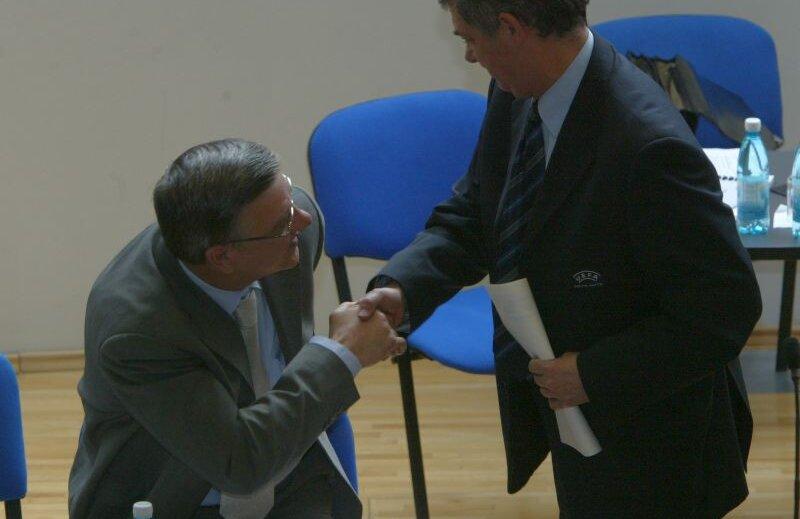 Mircea Sandu, stînga, îl salută pe Angel Maria Villar , viitorul său șef la UEFA