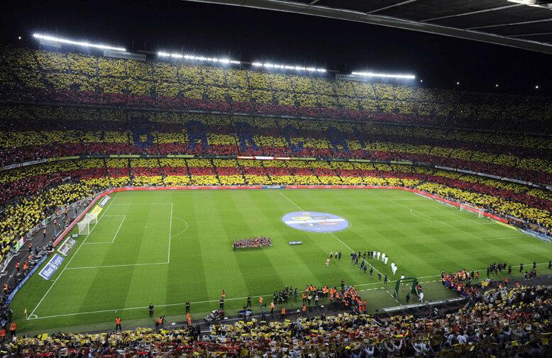 O imensă Senyera (steagul Catalunyei) realizată aseară din aproape 100.000 de plăcuţe pe Camp Nou // Foto: Reuters