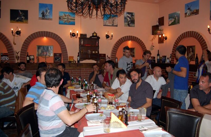 Spaniolii din Bucureşti în aşteptarea episodului 222 din El Clasico.